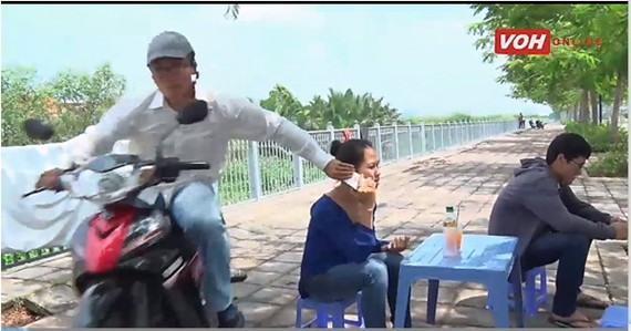 在人行道上接聽手機也被搶。(示意圖源:互聯網)
