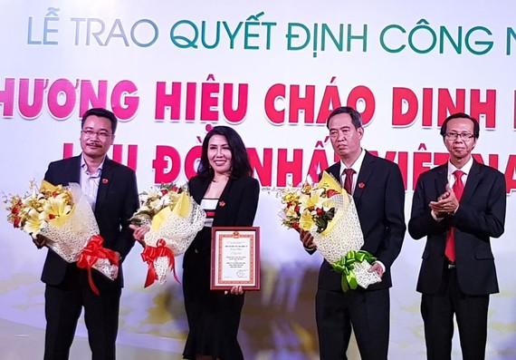 """""""黃柿樹""""品牌獲得國際知識產權院頒發的""""越南最悠久營養粥品牌""""證書。"""