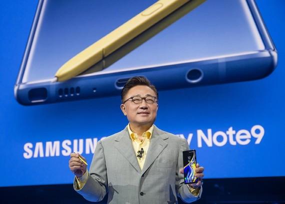 三星 Galaxy 居首韓 2018 最佳品牌。圖為三星電子移動業務部門總裁高東真介紹Galaxy Note9。(圖源:韓聯社)