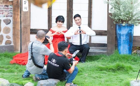 俱樂部成員為貧困工人免費拍攝婚照。