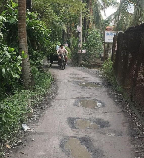 要前往東方居民區,必須乘船或穿過各條小巷只約2米寬的泥路來繞道進入。