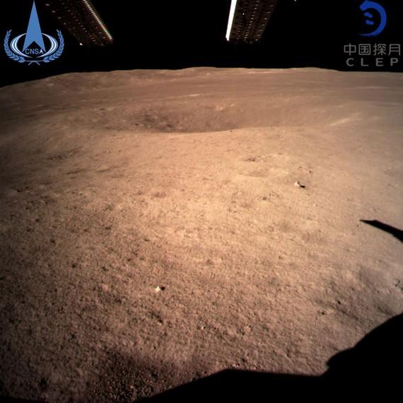 圖為嫦娥四號著陸器監視相機C拍攝的著陸點南側月球背面圖像,巡視器將朝此方向駛向月球表面。(圖源:CNSA)
