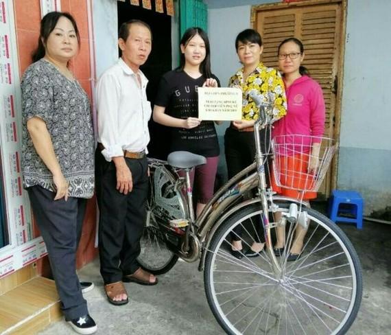 華人青年江佩雯獲該坊婦女會贈送謀生工具。
