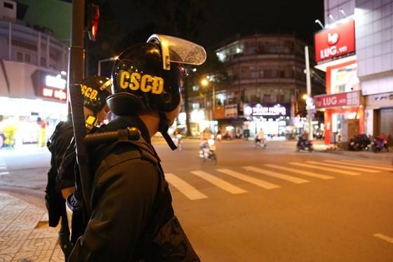 363工作組夜間在街上巡邏。(圖源:志石)