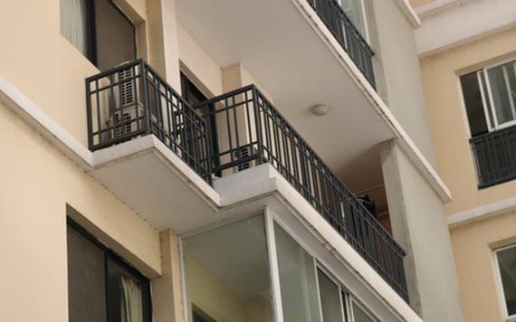 若干公寓的陽台欄杆僅高1米左右,由多根鐵條橫縱焊接而成,間距較寬,非常危險。