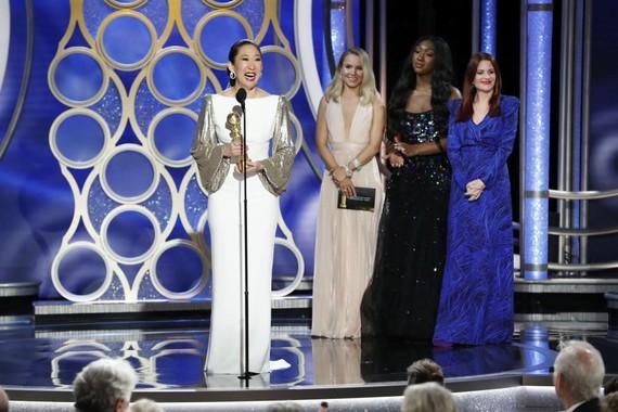 吳珊卓憑《殺死伊芙》拿下劇情類最佳女主角(左一),她也成為第一個獲此獎項的亞裔。(圖源:Getty Images)