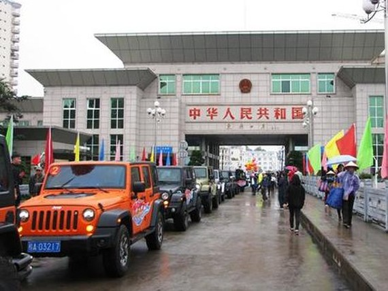 中國自駕遊汽車通過芒街口岸抵達下龍市試行活動延期至今年6月30日為止。(圖源:明強)