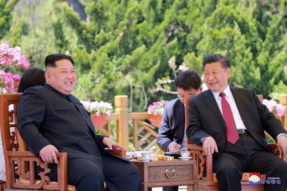 金正恩昨(8)日抵達北京人民大會堂,將與中國國家主席習近平會談。(圖源:AP/KCNA)
