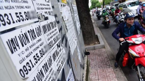 到處可見高利貸服務的廣告單張。