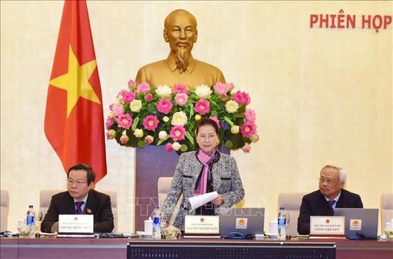 國會主席阮氏金銀(中)主持會議並發表講話。
