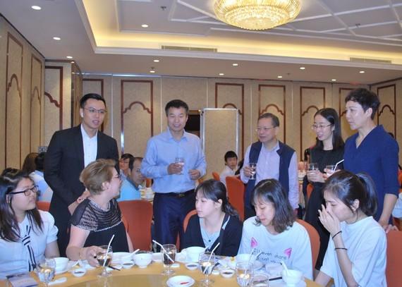 中國西安交大的老師與本市學生交流。