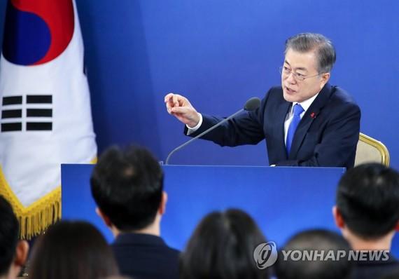 1月10日上午,在青瓦台舉行新年記者會上,韓國總統文在寅答記者問。(圖源:互聯網)