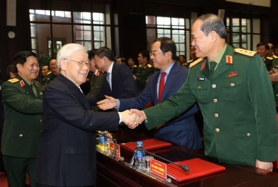 總書記、國家主席、中央軍委書記阮富仲(前左)出席會議並同與會代表親切握手問候。(圖源:智勇)