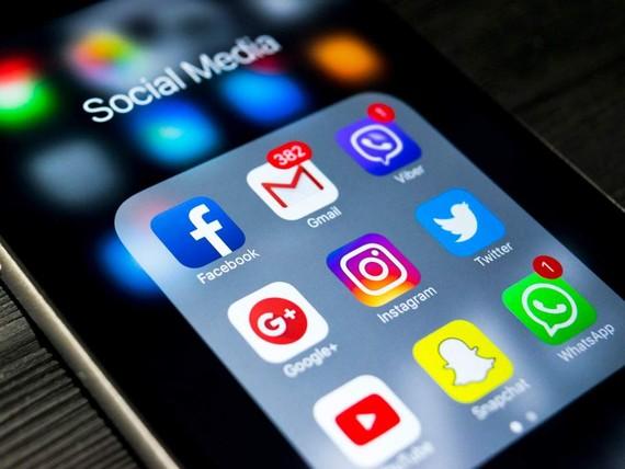 """英國政府21日推出一款手機應用程序(App),方便在英國""""脫歐""""後繼續留英的歐盟公民提交申請。(示意圖源:互聯網)"""