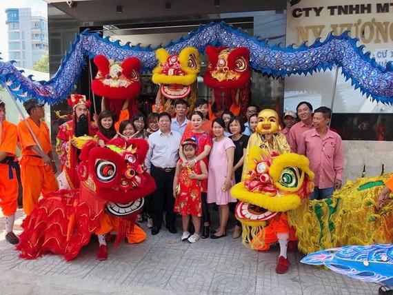 盧夢群董事長(前排中間)與公司員工滿 懷信心邁向新的一年。