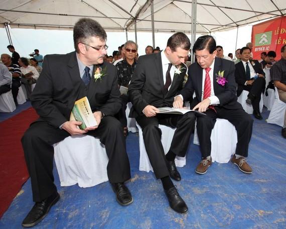 杜龍總經理(右)向外國投資商介紹涵儉 二工業區投資活動。