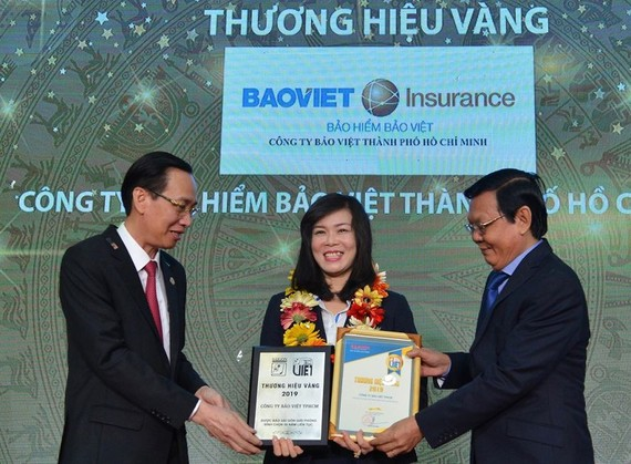 市人委會常務副主席黎清廉(左)與《西貢解放報》總編輯阮晉豐向企業頒獎。(圖源:越勇)
