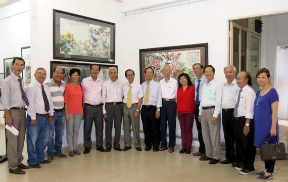 貴賓參觀華人美術展後與各畫家合照。