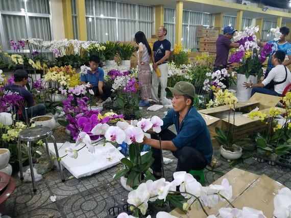不少花店要加夜班以滿足大量訂單的需求。(圖源:阮智)