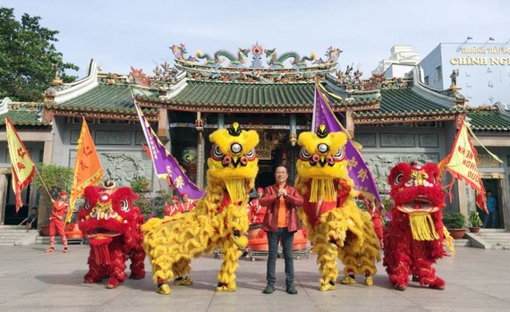 劉劍昌團長向讀者拜年。
