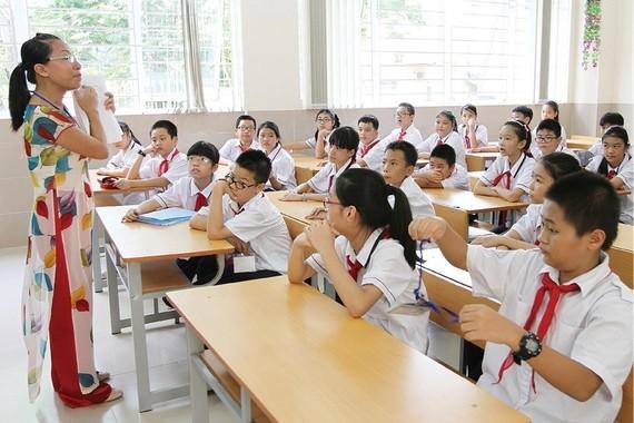 建議調升老師薪資。圖為師生課堂上一瞥。