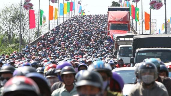 隆安省濱瀝橋區域嚴重堵塞。(圖源:范友)