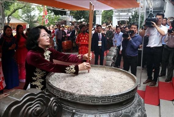 國家副主席鄧氏玉盛上香緬懷二徵女王。(圖源:越通社)