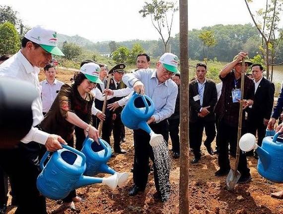 黨中央總書記、國家主席阮富仲在儀式上種樹留念。(圖源:松維)