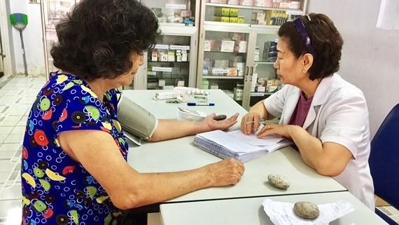 診所醫生正給病人診病。