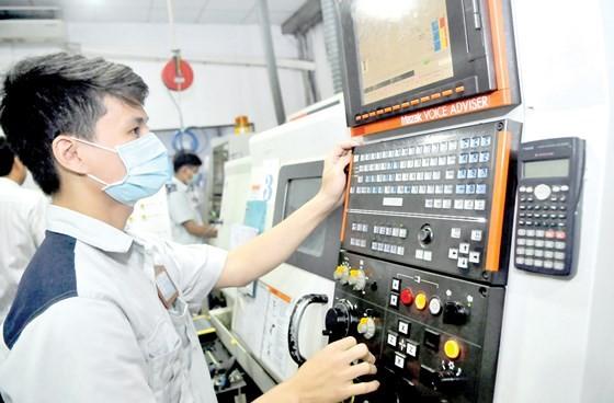 生產本市主力工業商品的維新塑料公司生產線一瞥。