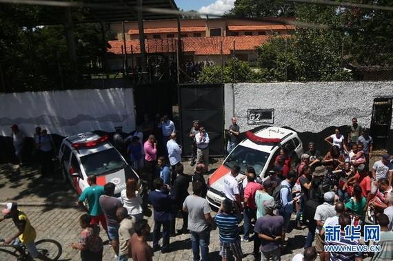警方和民眾聚集在發生槍擊案的校園外。 (圖源:新華社)