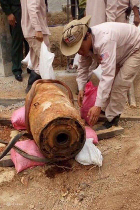 MAG專家將戰後遺留的老炸彈搬移現場。(圖源:光河)