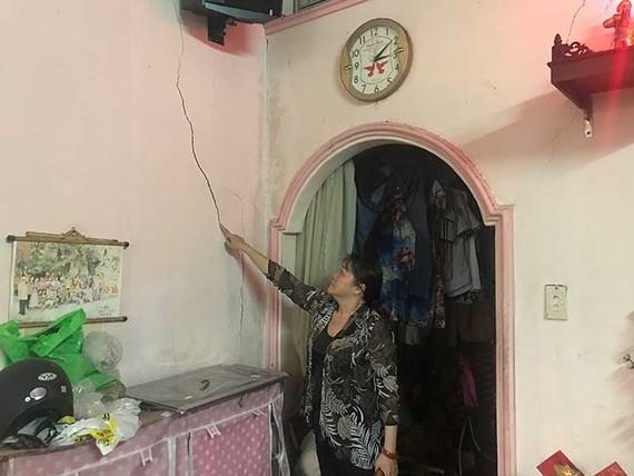 阮氏碧鸞的住房牆壁龜裂和損壞,但仍未獲得鄰居賠償。