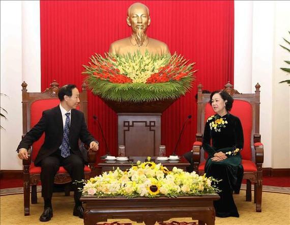 中央民运部长张氏梅(右)接见宋庆龄基金会主席王家瑞。(图源:越通社)