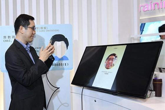 香港特區政府資訊科技總監辦公室於展覽設置智慧政府展館,首度向公眾展示免費數碼個人身份。(圖源:互聯網)