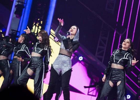 女歌手冬兒參加由印尼某電子商務網舉辦的音樂會。