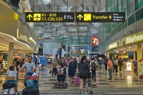 自今年4月22日起,外國人從新加坡離境時,邊檢人員不再在他們的護照上蓋離境印章。(圖源:互聯網)