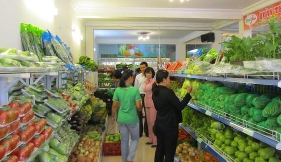 消費者在超市裡選購新鮮安全的農產品。(圖源:互聯網)