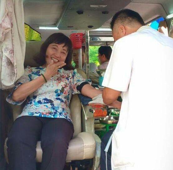 華人女幹部周金鳳正在捐血。