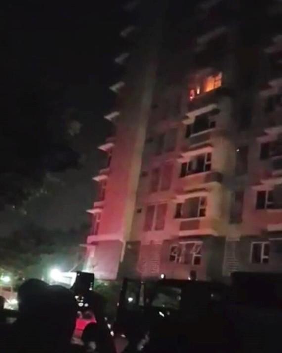 火焰從該公寓六樓某住房冒起。(圖源:CTV)