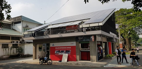 本市多個民戶已安裝屋頂太陽能板以發電。