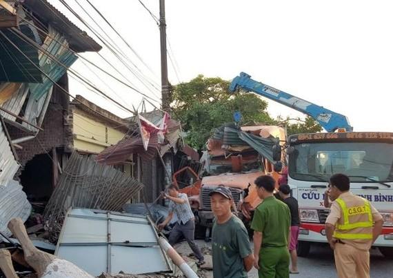 猛烈的撞擊導致4間民房頂部和大門嚴重損壞,外邊圍牆倒塌,放在屋前的多件用品被撞飛而損壞。(圖源:陳強)