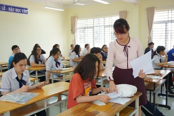 教師指引考生辦理高考手續。(圖源:丹芳)