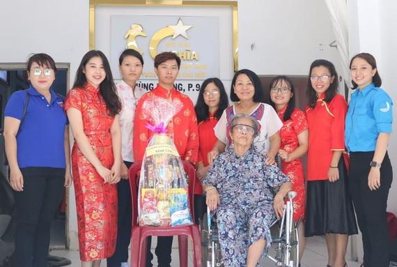 郭清雅(左二)和各優秀民族青年與越南英雄母親阮金華合照。