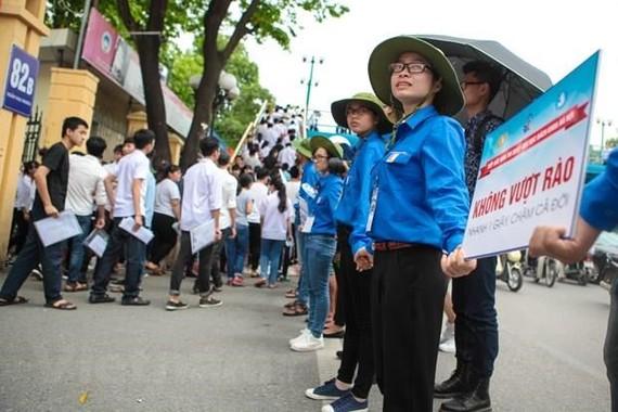 國立經濟大學志願隊員並排成圍欄,讓考生在考試後能迅速安全離開考場。(圖源:明山)