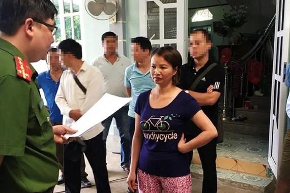 警方向陳氏賢宣讀緊急拘押令。(圖源:Vietnamnet)
