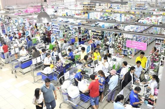 在超市購物。