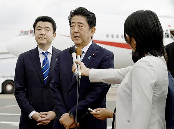 日本首相安倍晉三前往伊朗並在機場接受採訪。(圖源:共同社)