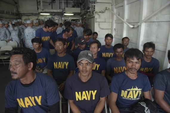 獲救的22名菲律賓漁民。(圖源:AP)