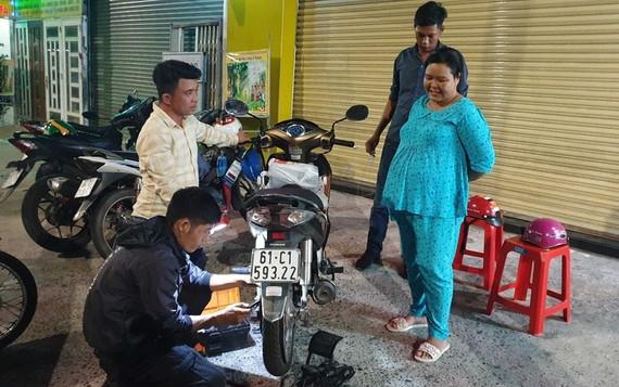 趙氏黃梅的車子在本月16日深夜爆胎,獲得救急隊幫忙修補。